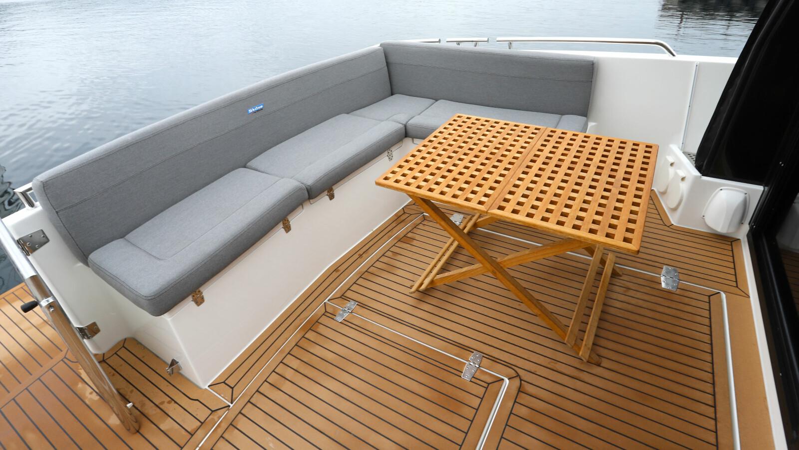 <b>AKTERDEKK: </b>Både underveis og i havn er sofaen uten et hyggelig samlingspunkt på fine dager.