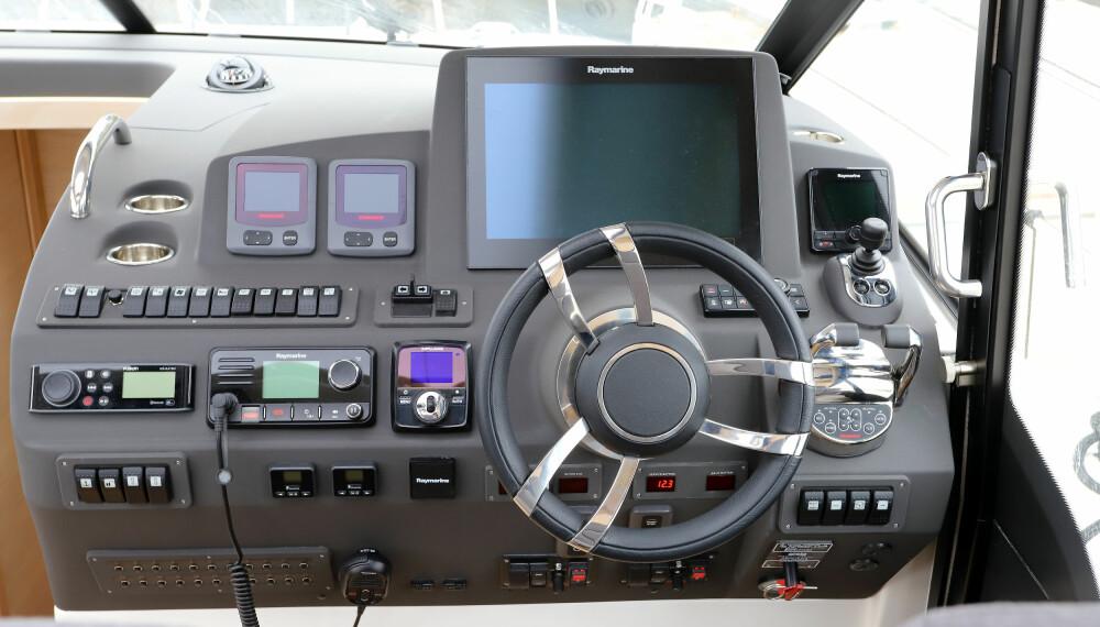 <b>FULLT HUS:</b> Selv dette store dashbordet blir fullt av all marineelektronikken som hører med i dag. Men det er enkelt å finne frem.