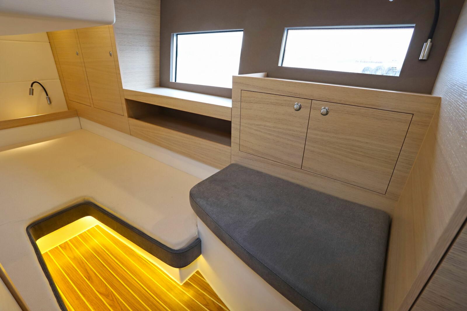 <b>SITTEPLASS: </b>Lugaren på babord side har sitte- og oppbevaringsplass.