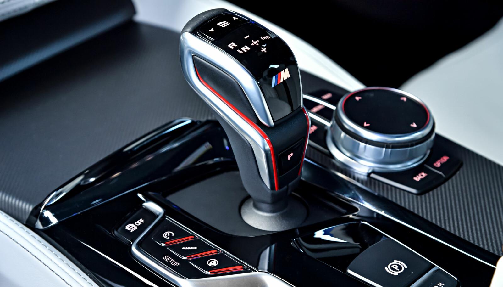 DRIVELOGIC: M5 har en splitter ny 8-trinns girkasse med Drivelogic, som innebærer at du kan velge justere karakteristikken på girkassa etter smak og behag. Med knappene til venstre for girspakene kan du justere gassrespons, demping og styring.