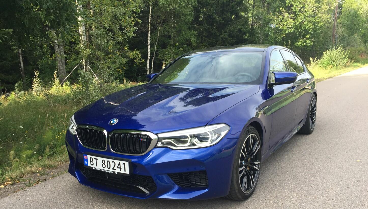 HEFTIG: Nye BMW M5 har enorme ytelser, men bemerker seg som en komfortabel familiebil til hverdags. Men de diabolske kreftene er aldri langt unna