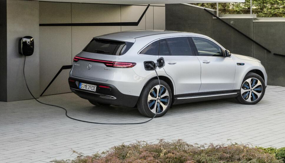 <b>VEGGLADEREN </b>til Mercedes EQC kan gi en effekt på 22 kW. Den medfølgende ladekabelen er 6 meter lang.