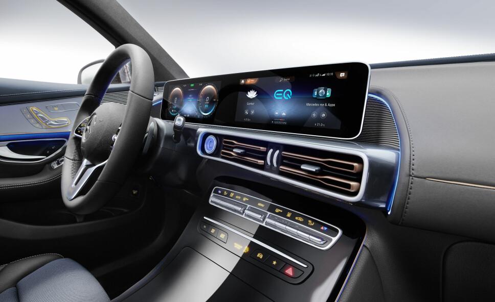 <b>STOR SKJERM:</b> En sammenhengene skjerm strekker seg fra føresiden og godt over mot passasjersiden i Mercedes' elbil EQC.