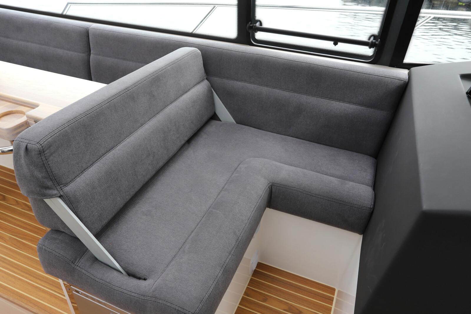 <b>I FARTSRETNING:</b> Den smarte avslutningen på sofagruppen sørger for at det er mange sitteplasser i fartsretningen.