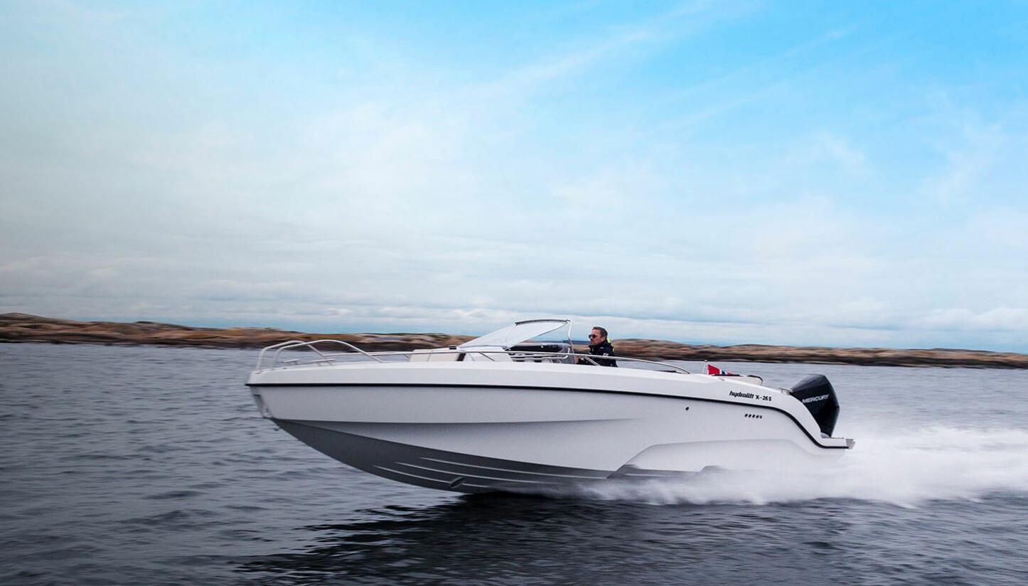 MER FOLKELIG: X-serien er Hydrolifts serieproduserte båter, i motsetning til Signature-modellene. X-serien ble introdusert i fjor med X-22. Nå har den fått en storebror i form av X-26.