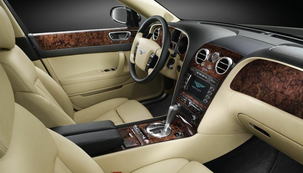 <b>BENTLEY-LUKSUS: </b>Ingen tvil om at dette er interiøret på en luksusbil. Men alderen merkes, blant annet på instrumenter og infotainmentsystem.
