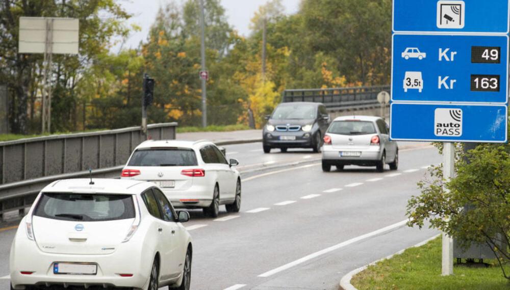 Elbileierne kan nå risikerer å måtte betale inntil halvparten av vanlig takst i nye bompengeprosjekter. Illustrasjonsfoto: Scanpix.