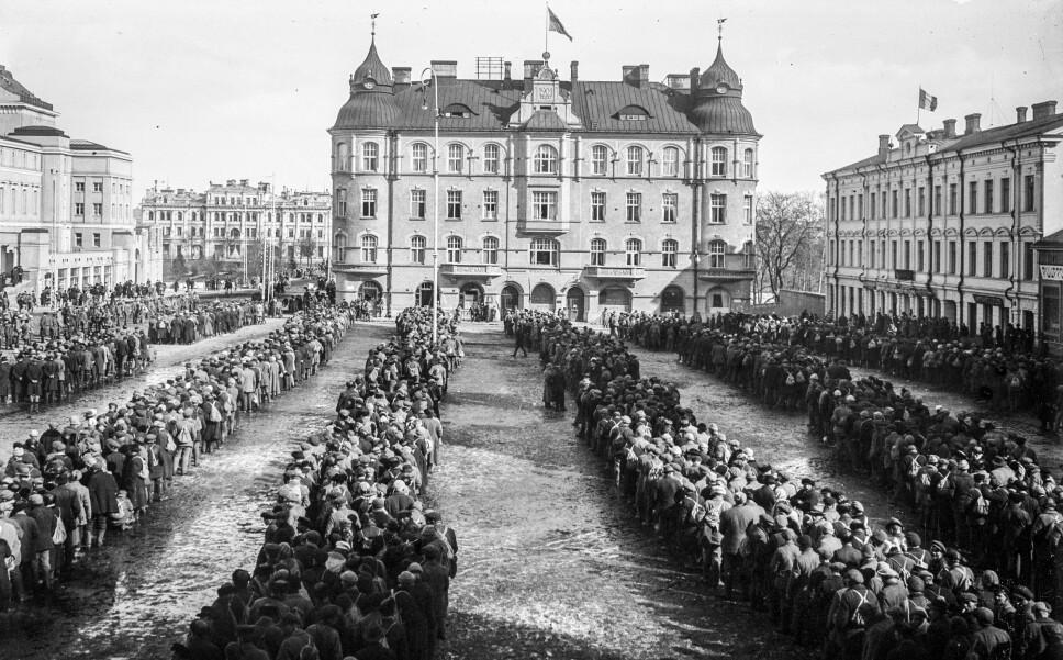 <b>KRIGSFANGER</b>: De hvite regjeringsstyrkene tok 11 000 rødegardister til fange etter at slaget om Tammerfors var over. De ble samlet på Sentraltorget før de ble marsjert til fangeleiren.
