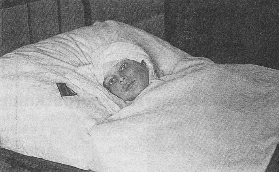 <b>LEGENDE</b>: Den hvite barnesoldaten Onni Kokko på dødsleiet i Vasa. Etter sin død ble Onni en legende, og ble dyrket som en helt på den hvite siden.