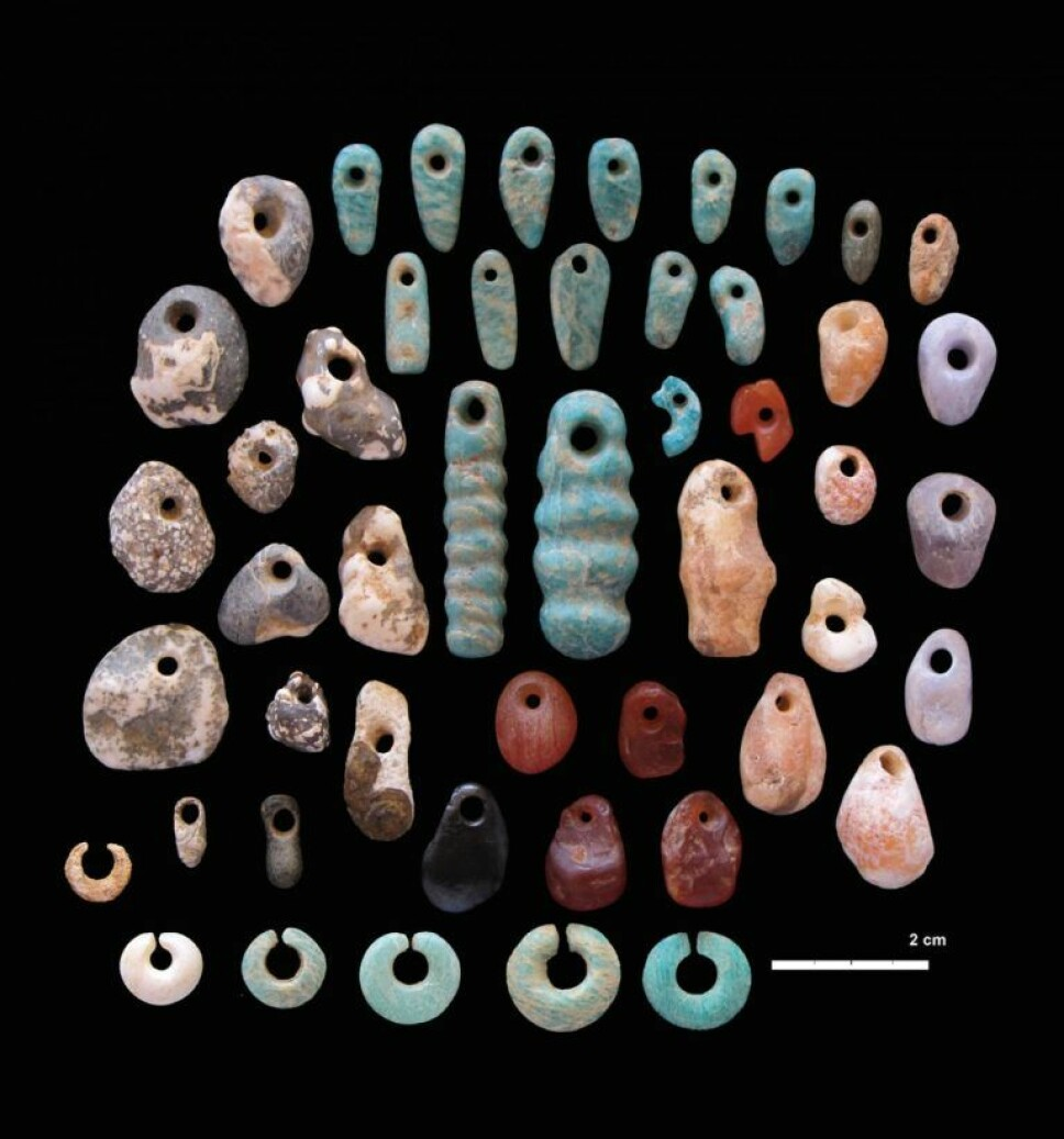 Disse øreringene og smykkene av stein ble funnet ved gravene.