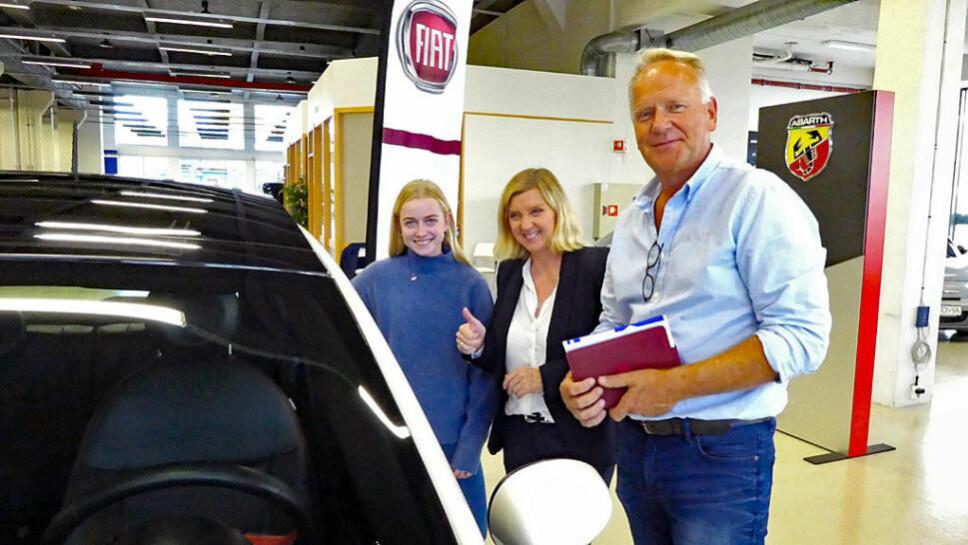 Ane og Bente Uglem, sammen med bilselger Svend Dahle hos Autovia i Bærum som leverte ut Fiaten med EV 10000.