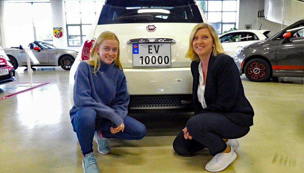 <b>ØVELSESKJØRE:</b> Ane Uglem gleder seg til å øvelseskjøre med mamma Bente i den nye el-Fiaten en med det spesielle registreringsnummeret.