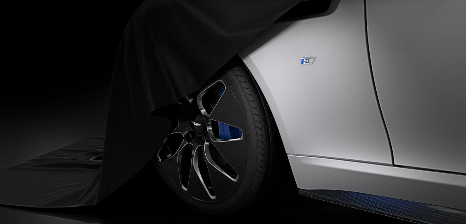 <b>RAPIDE E: </b>Dette er det første bildet Aston Martin har sluppet av sin kommende elbil Rapide E. Navnet på elbilen hinter om at bilen designmessig vil hvile på søsterbilen Rapide S.