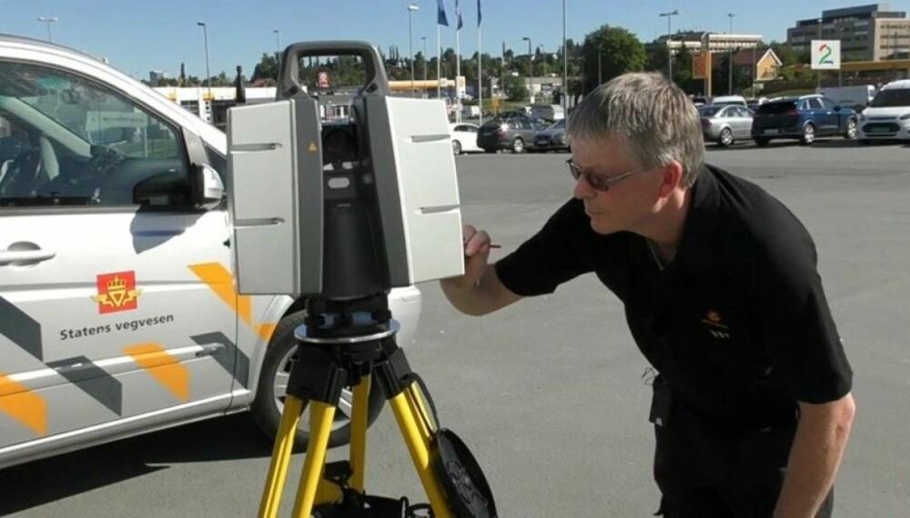 Jens Petter Storrø leder Ulykkesgruppen til Statens vegvesen i Trøndelag. Her med scanneren som nå skal brukes for å kartlegge alvorlige ulykker. Foto: Statens vegvesen.