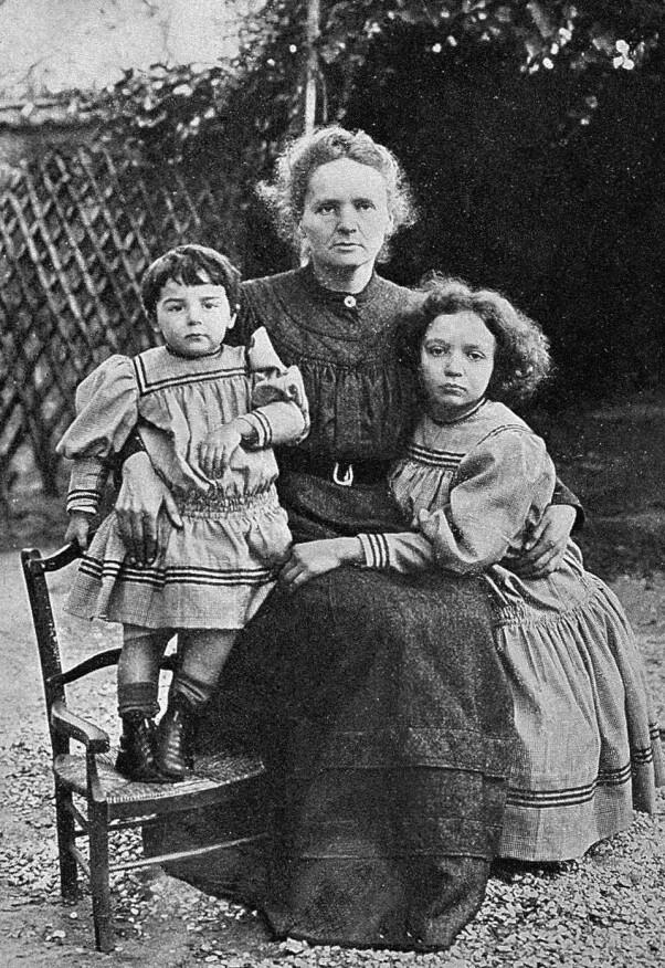 Mor og døtre. Marie Curie og ektemannen Pierre fikk to døtre, Eva (t.v.) og Irene. Et tredje barn døde før fødselen.