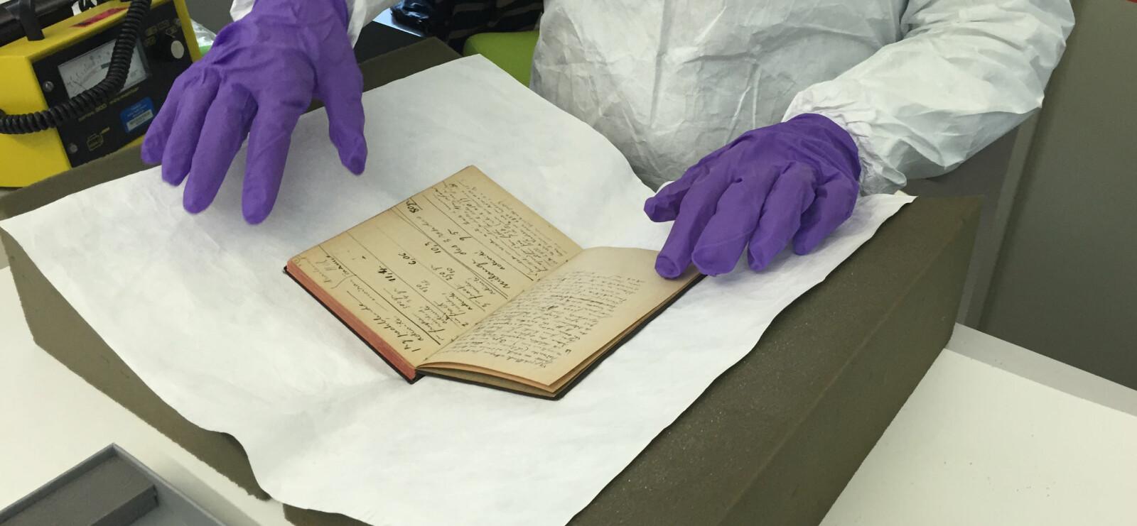 <b>DØDELIG:</b> Forfatteren døde for 84 år siden, men notatboken til Marie Curie er fortsatt så radioaktiv at man må bruke verneutstyr om man vil studere notatene.