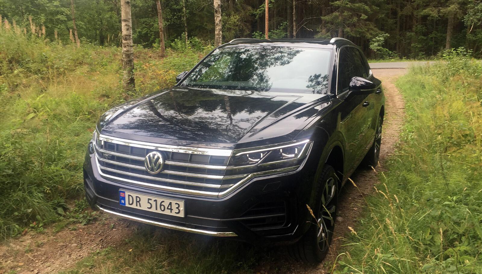 STORT: Bred grill med mye krom, av format en stor bil. Den nye Touareg er og ser ut som Tiguans storebror. Typisk tilbakeholdent VW-design.