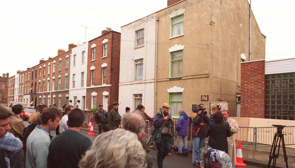 <b>HOUSE OF HORROR:</b> En folkemasse samlet seg utenfor 25 Cromwell Street da det ble kjent hva som hadde foregått innenfor husets vegger.