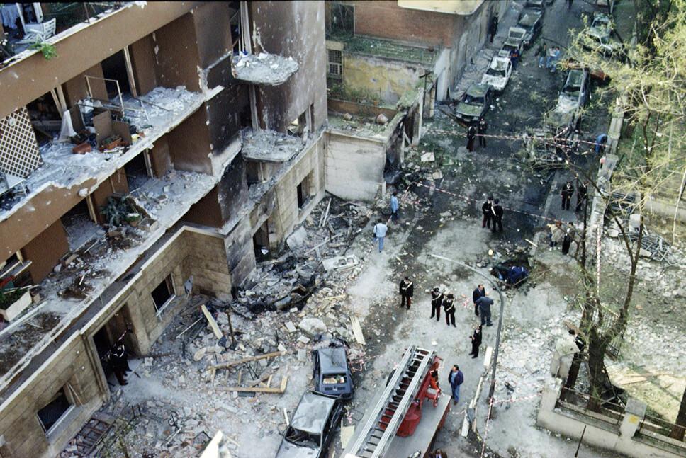 <b>DEN ANDRE MASSAKREN: </b>Paolo Borsellino ble drept samme sommer som Giovanni Falcone. Eksplosjonen i Via D'Amelio raserte flere bygninger og biler, og tok også livet av fem politimenn i Borsellinos følge.