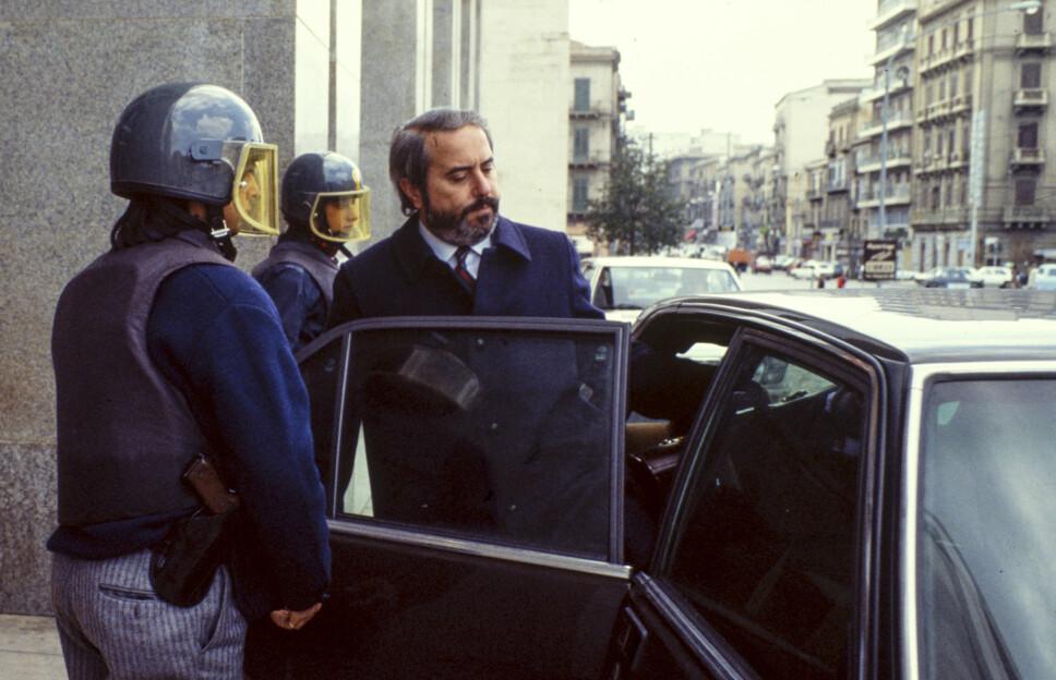 <b>DOMMEREN:</b> Giovanni Falcone eskorteres av livvakter fra domstolen i Palermo. Bildet er tatt 16. mai 1985.