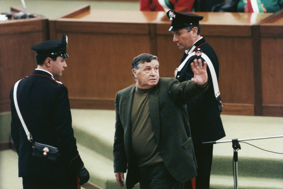 <b>BEISTET: </b>Salvatore «Toto» Riina hilser til kjente under rettssaken mot ham i 1993. Mafiabossen fra Corleone soner fortsatt på sin livstidsstraff, men skal ha dårlig helse.   Foto: Getty Images