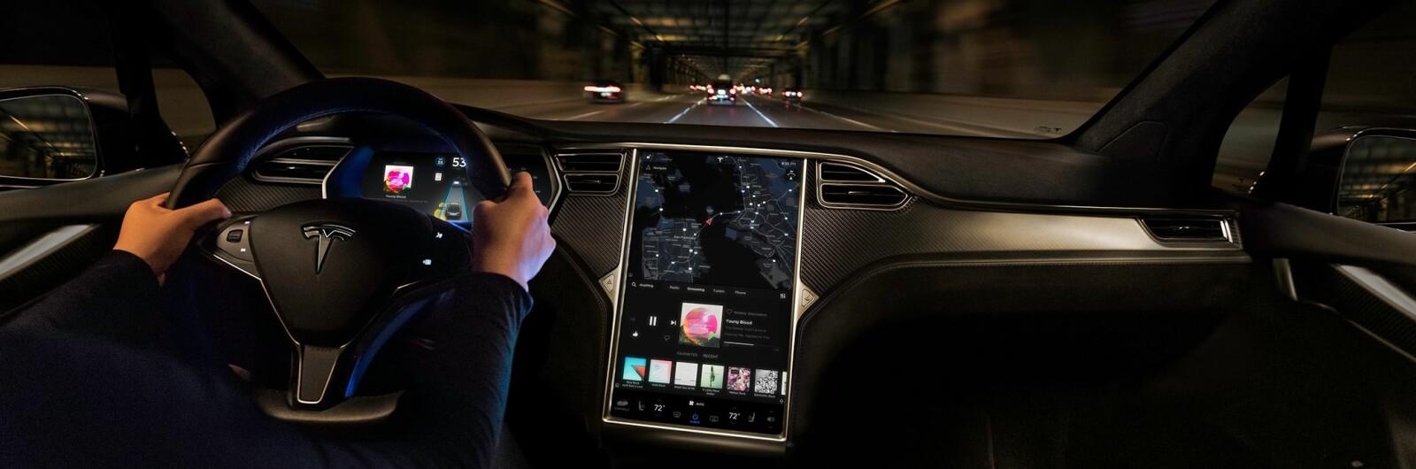 <b>NY PROGRAMVARE:</b> Den største endringen i programvaren til Model S og Model X på to år er straks klar for utrulling. Bildet viser versjon 8.1. Den nye programvaren er versjon 9.0 og bringer med seg en store endringer i brukergrensesnittet.