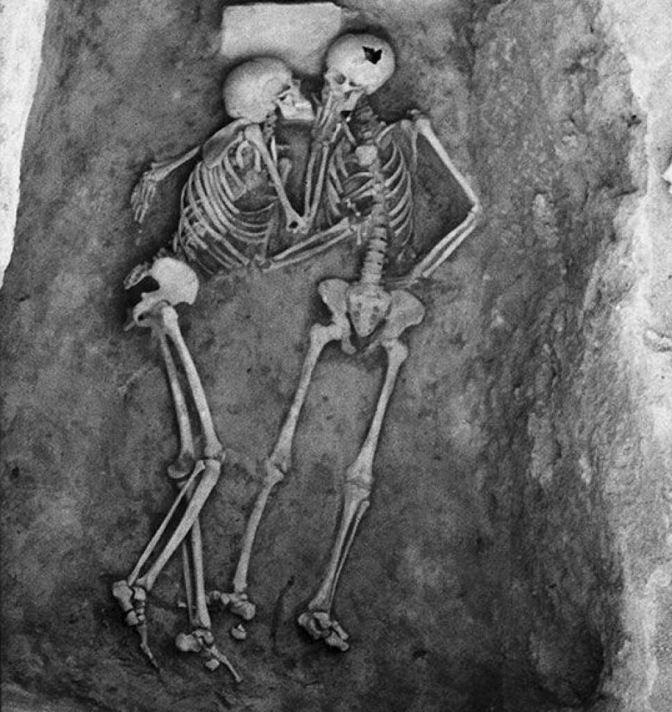 <b>DØDE I ET KYSS?</b> Skjelettene viser to som tilsynelatende døde i et kyss. Personen til venstre i bildet var en kvinne eller mann i starten av 30-årene, mens personen til høyre var en mann på om lag 20 år.