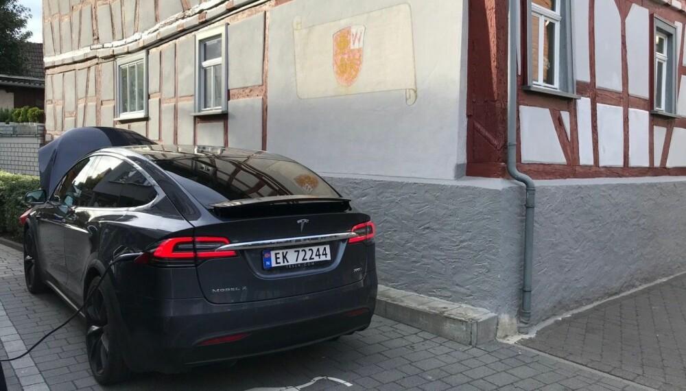 <b>LADE IGJEN: </b>En litt for vanlig situasjon på turen: Teslaen parkert, og kabel på plass.