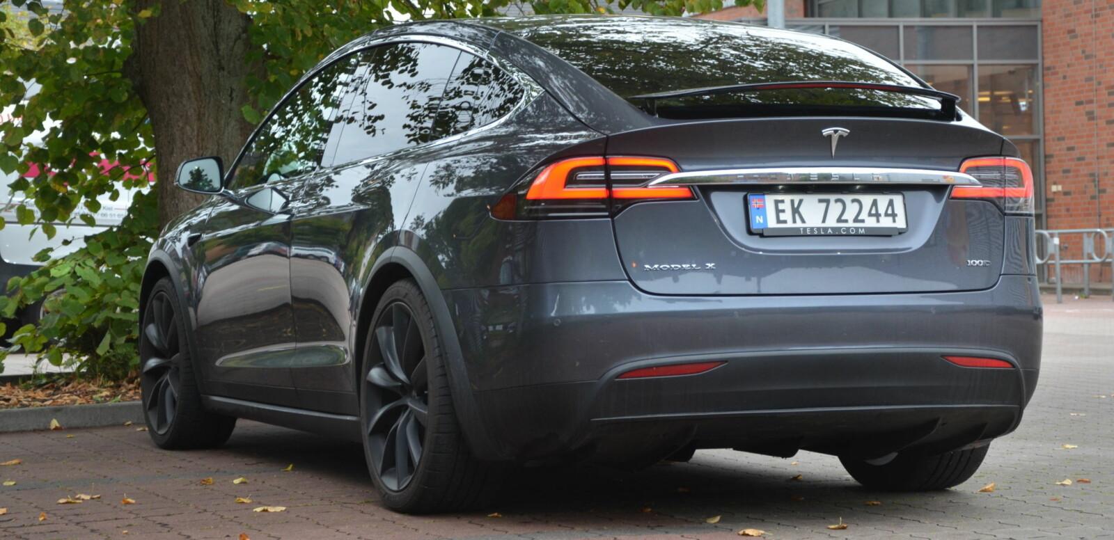 <b>TUNG PÅ DEKKENE: </b>Tesla Model X er en stor og tung bil på alle måter. Egenvekt på knappe to og et halvt tonn vil nok gjøre innhugg på dekkontoen.