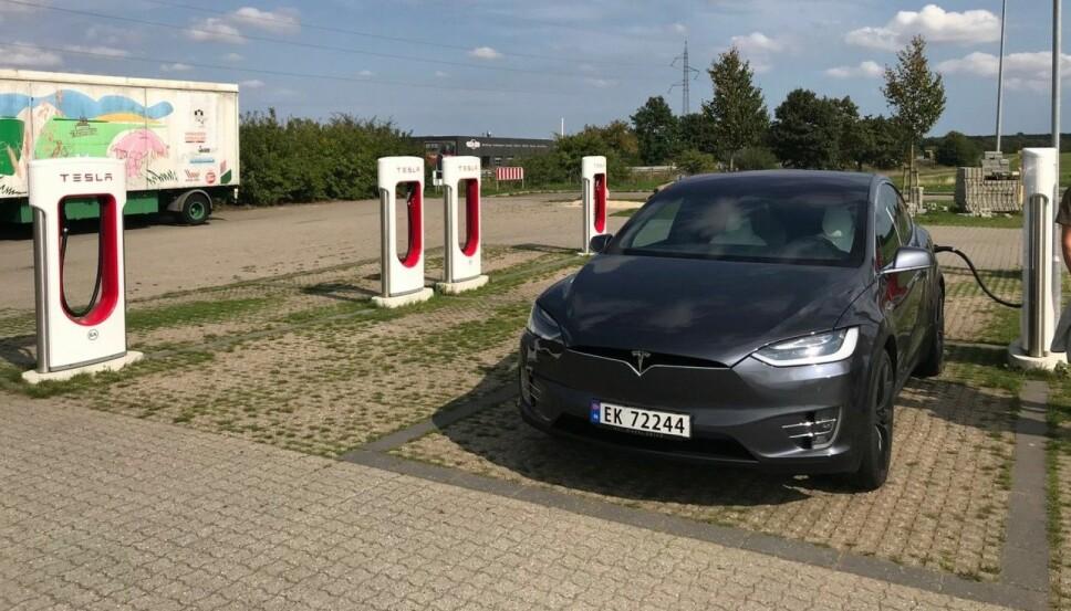 <b>ALENE OM SUPERLADERNE: </b>På Teslas superladere i Danmark og Tyskland var vi ofte eneste bil til lading.