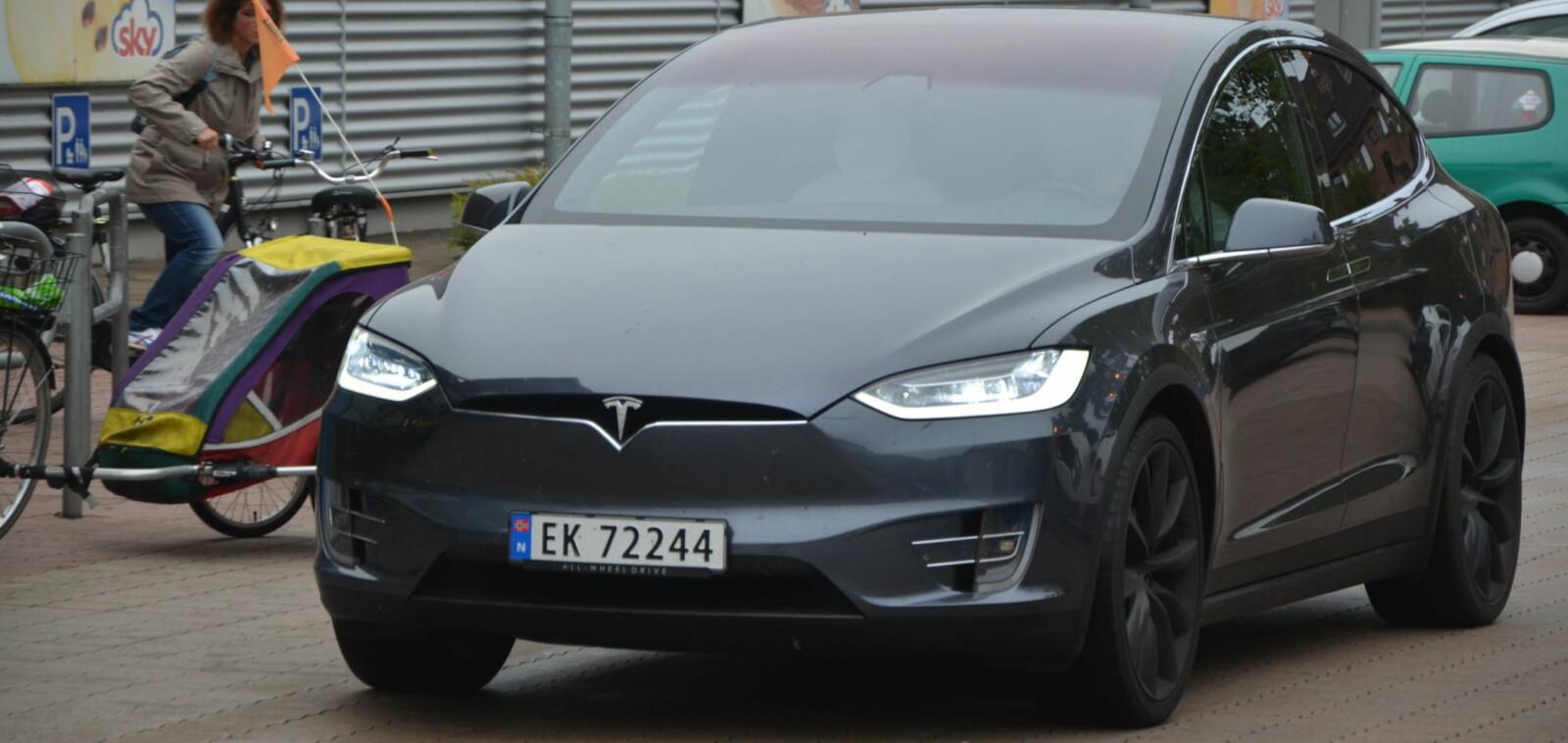 <b>UVANLIG SYN: </b>Tesla Model X er ikke noe vanlig syn i Tyskland ennå. Vi fikk mange nysgjerrige blikk på turen.