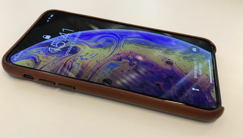 <b>KOSTBAR:</b> iPhone Xs er en kostbar mobil, og det føles trygt å pakke den inn i et deksel. Dette i skinn er klassisk, men bygger samtidig mobilen litt ut.