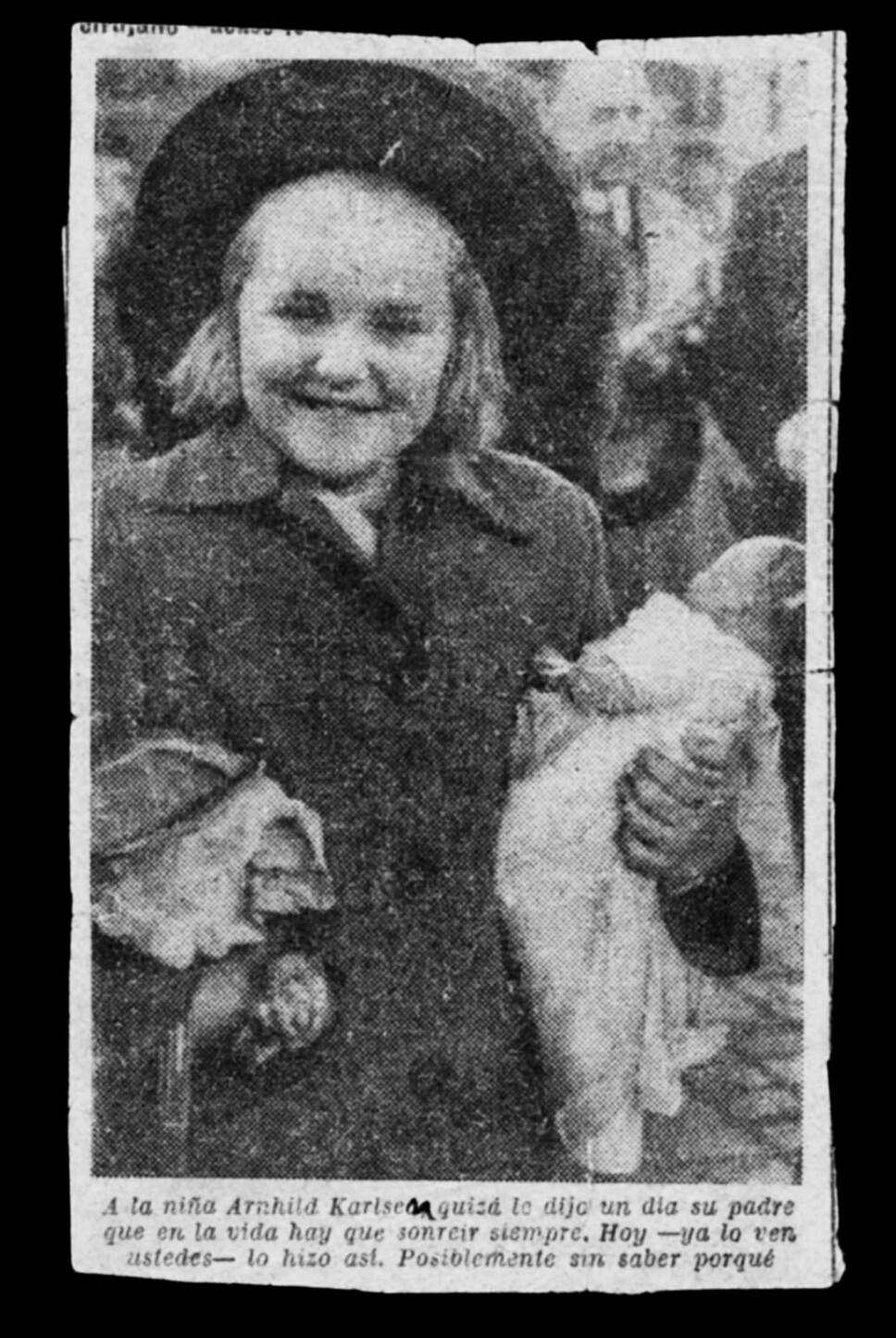 <b>NESTEN ALENE: </b>Arnhild ved avreisen fra Spania etter ulykken, med dukken hun ikke slapp taket i.