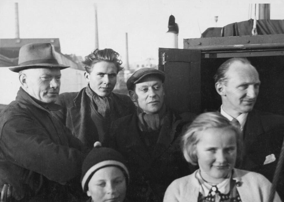 <b>SISTE BILDE:</b> Om bord på «Thalassa» i Stavanger høsten 1948. Arnhild foran til høyre, broren Erling ved hennes side. Bak fra høyre: Faren Arne Karlsen, Lars Karterud og to ukjente.