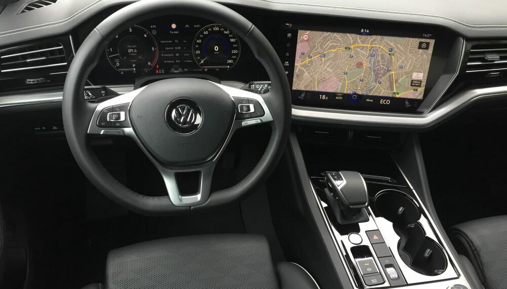 FØRST I VW: For første gang tar VW i bruk bruker den fullt ut digitaliserte «Innovision Cockpit», VWs svar på Audis Virtual Cockpit. Takk og pris har VW utstyrt Touareg med en egen knapp/hjul for lydvolum. Og er man opptatt av et fett musikkanlegg i bilen, så kan Touareg leveres med et Dynaudio lydsystem med en 730 watts forsterker, spesiallaget for nye Touareg.