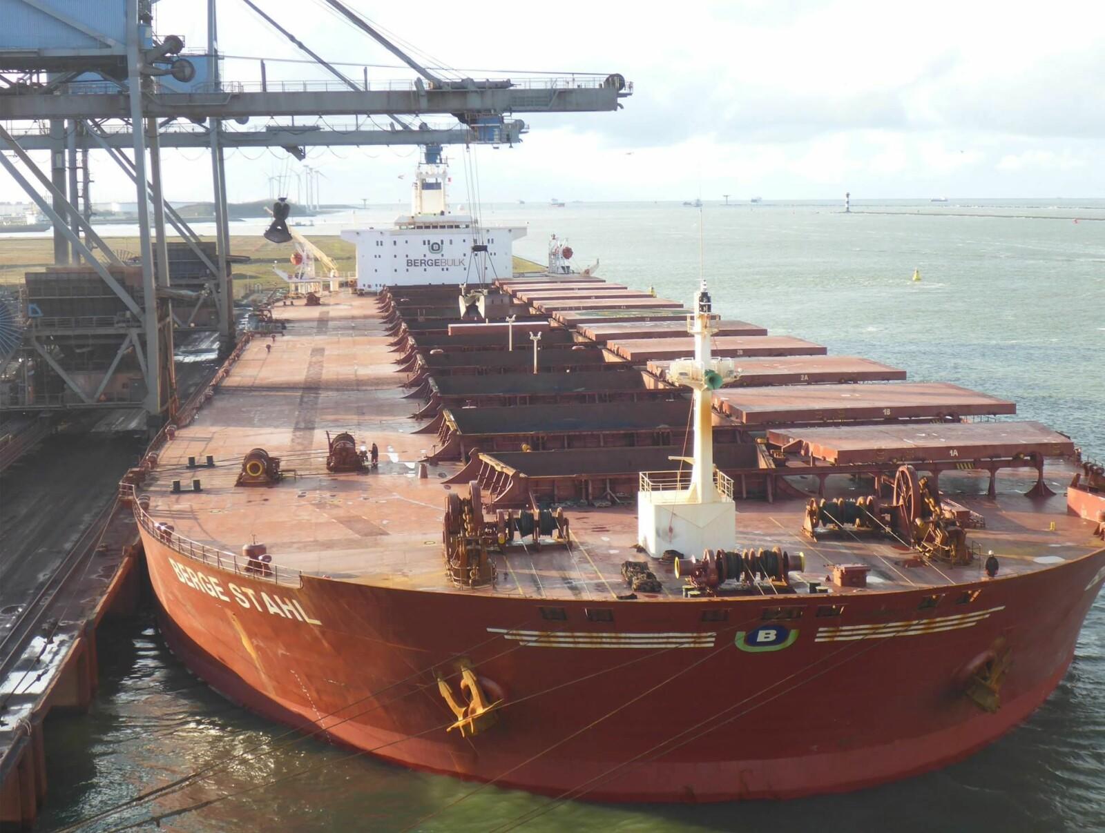 LASTING & LOSSING: Det tok 35 timer og laste skipet med jernmalm i Brasil og tre og en halv dag å losse lasten over på lektere i Rotterdam.