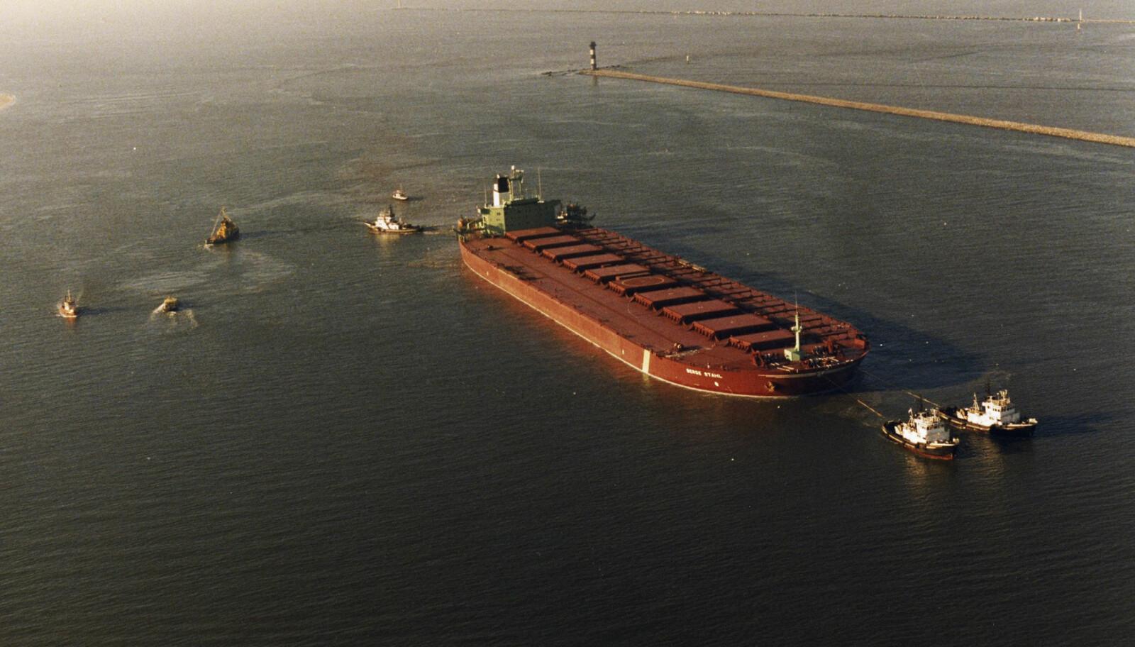 SLEPES: De siste meterne inn til havnen i Rotterdam ble kjempen slept av fire slepebåter som også hjalp til med å kontrollere farten.
