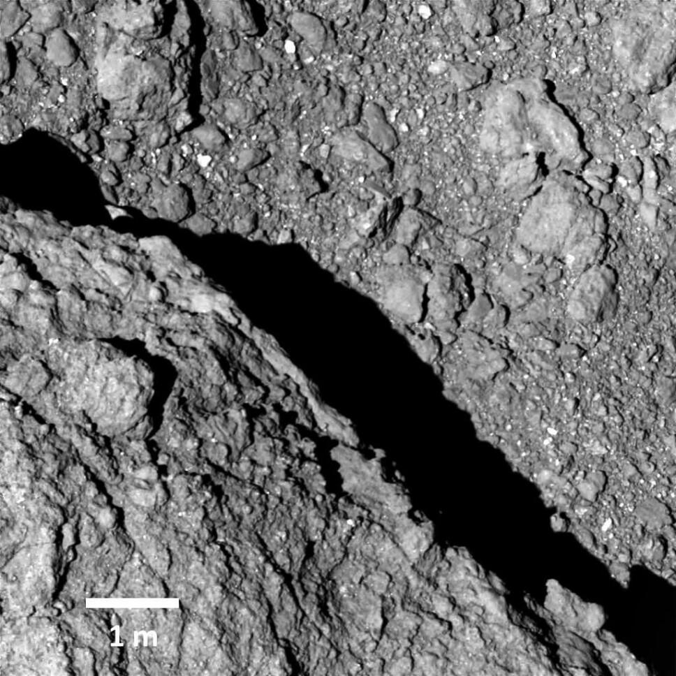 Dette bildet av asteroiden Ryugu ble tatt 64 meter over overflaten. Bildet er tatt av romsonden, ikke bilene på asteroiden.