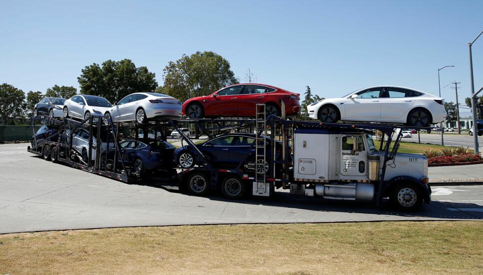 <b>MODEL 3: </b>Produksjonen av Teslas Model 3 har møtt på en rekke utfordringer. Men nå kan i alle fall noen av disse være løst. Her forlater et knippe Model 3 Tesla-fabrikken i Fremont, California.
