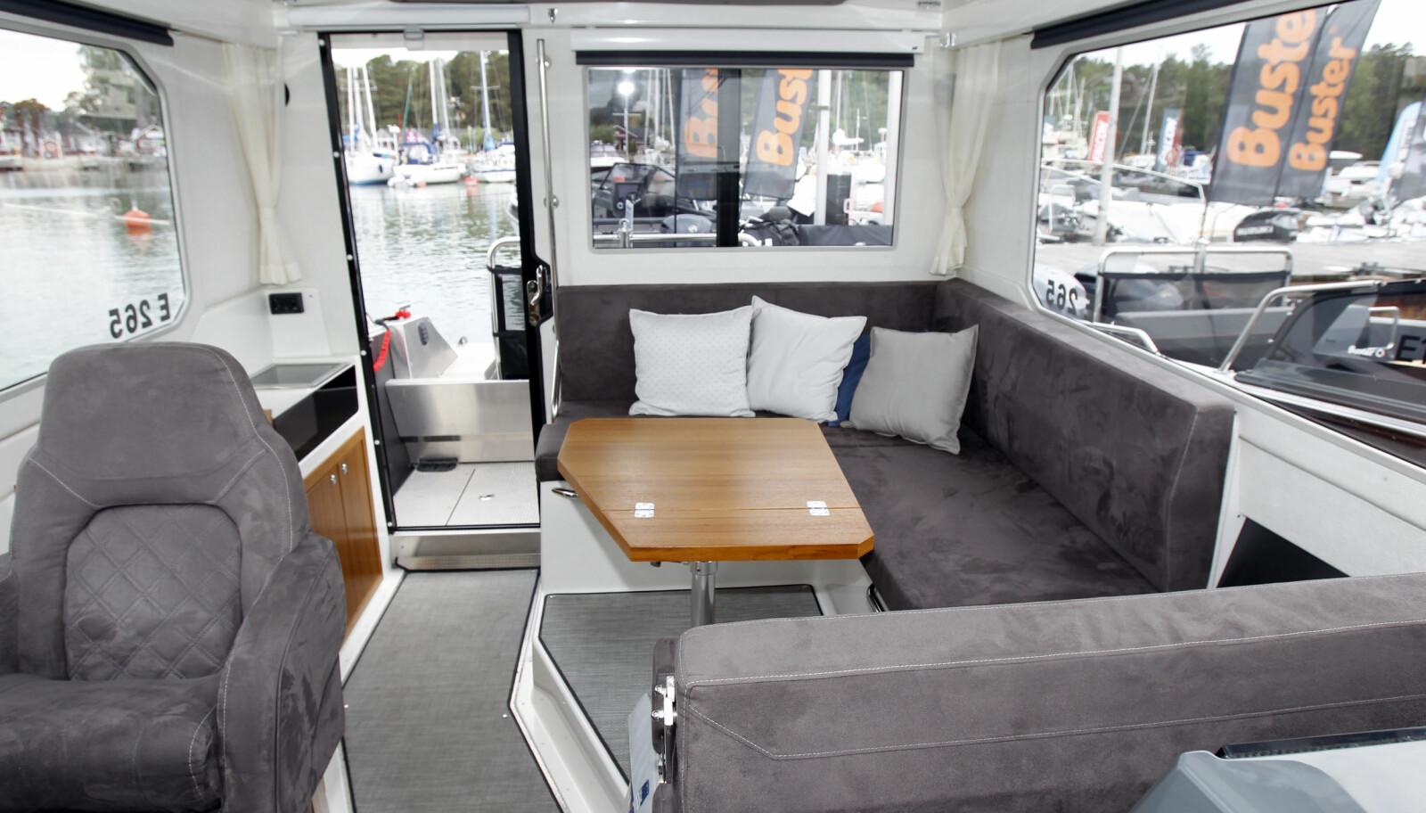 HJEMMEHYGGE: Bra plass og behagelig sofa. Vi liker de store vindusflatene.