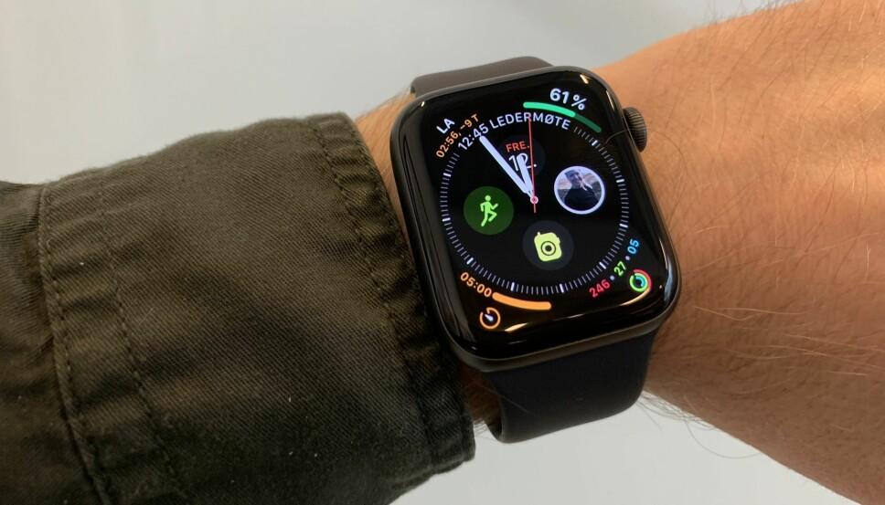 <b>INFOGRAPH:</b> Dette er en av de nye urskivene som utnytter arealet på Apple Watch Series 4. Det kan bli i overkant rotete, men er selvsagt smak og behag. Verre er det at det er lett å ufrivillig aktivere komplikasjonene lengst ut i hjørnene.