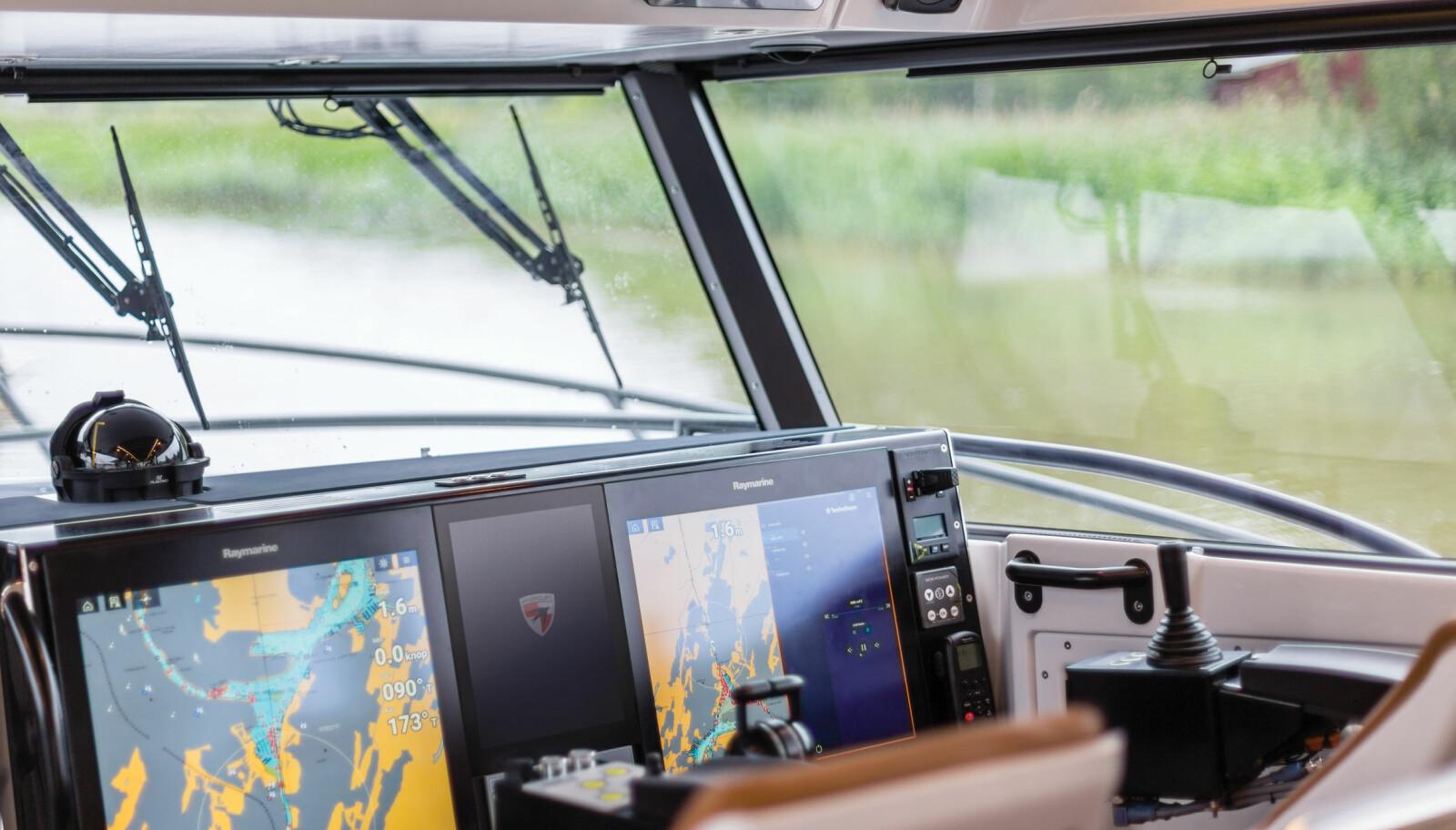 AXIOM: Førerplassen har store skjermer og utstyr fra Raymarine.
