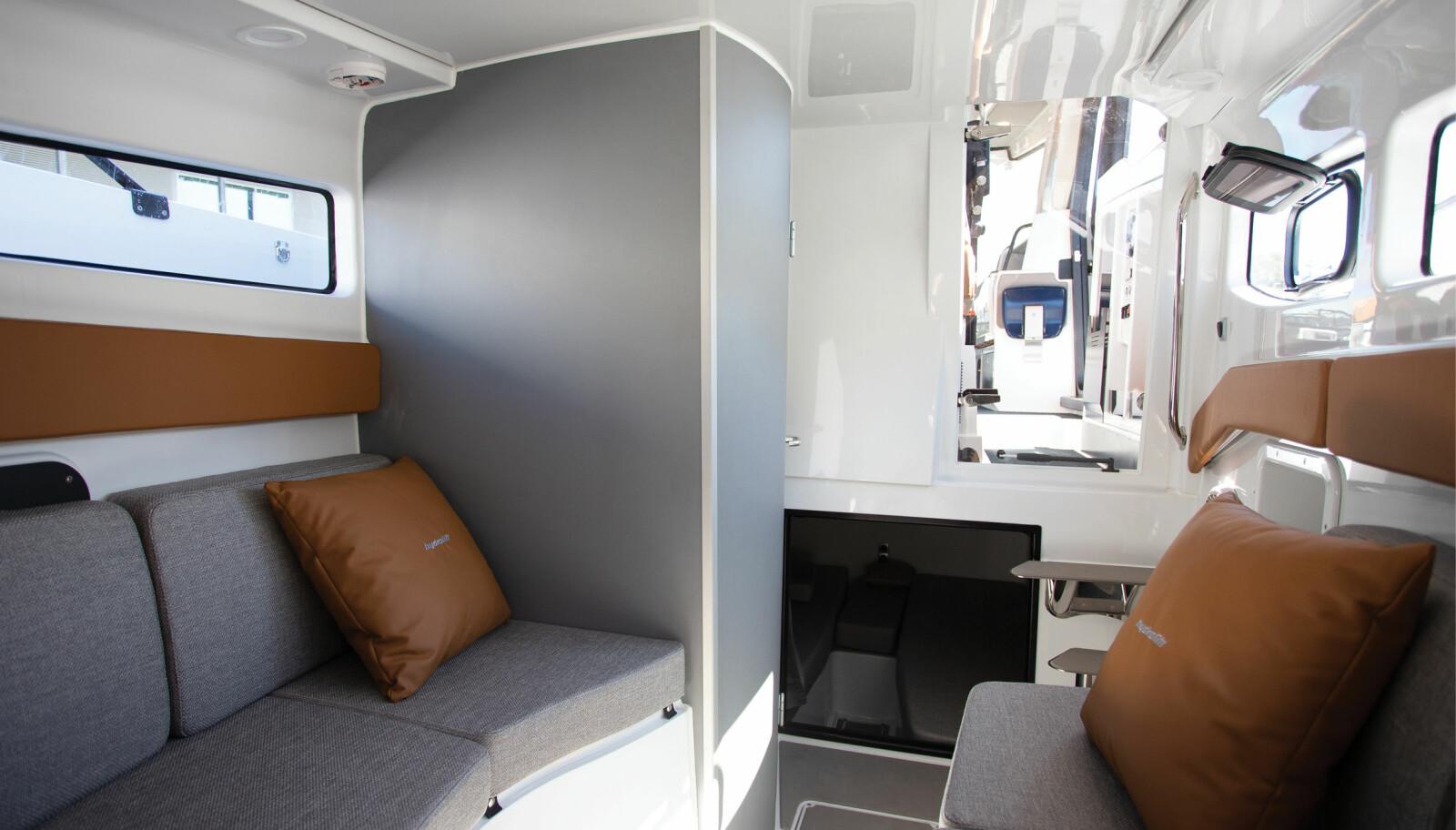 STIKKLUGAR: Under cockpitgulvet er det to soveplasser.