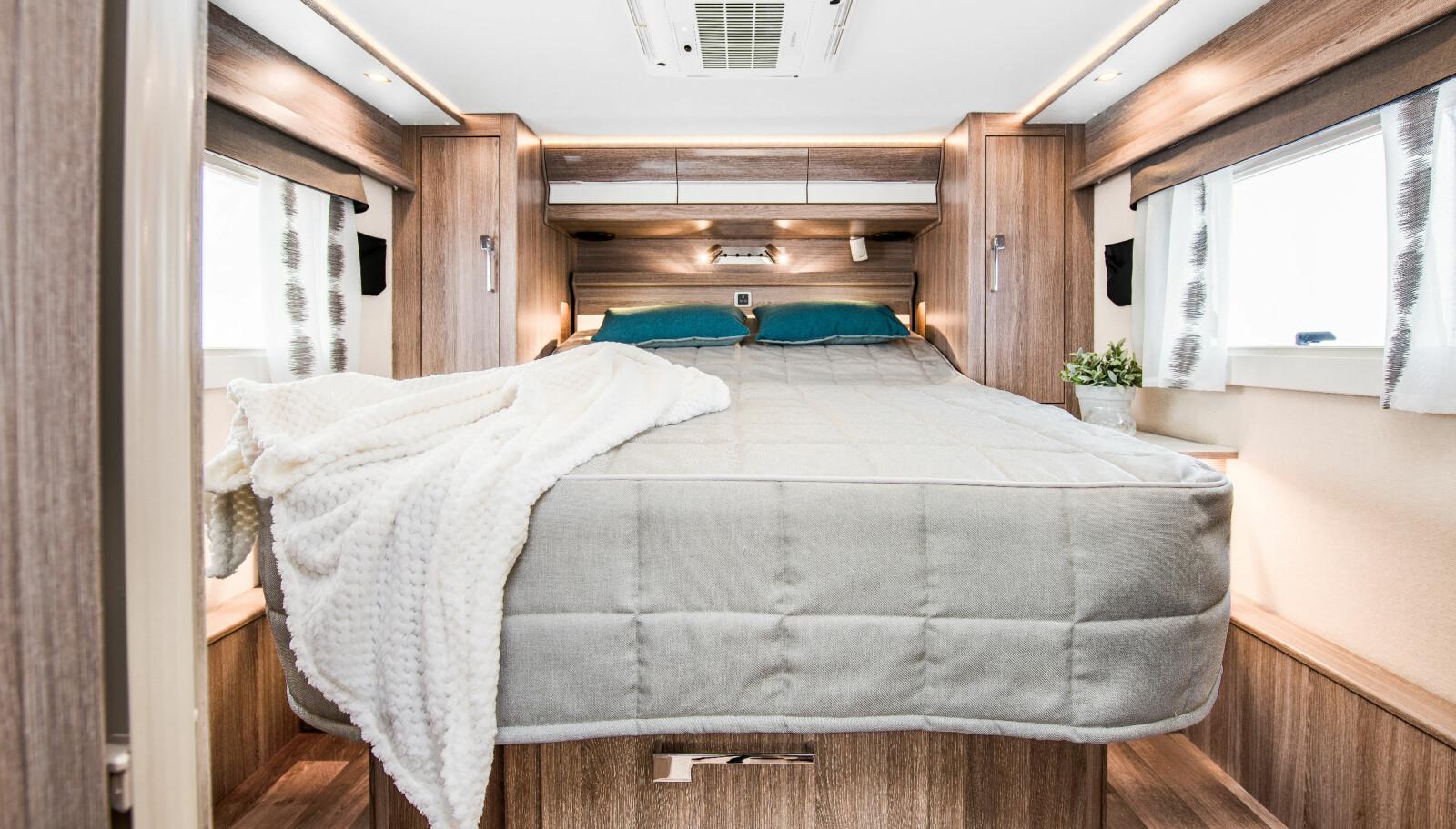 SENGELØSNINGER: Imperial i860 tilbys med en raus queens bed.