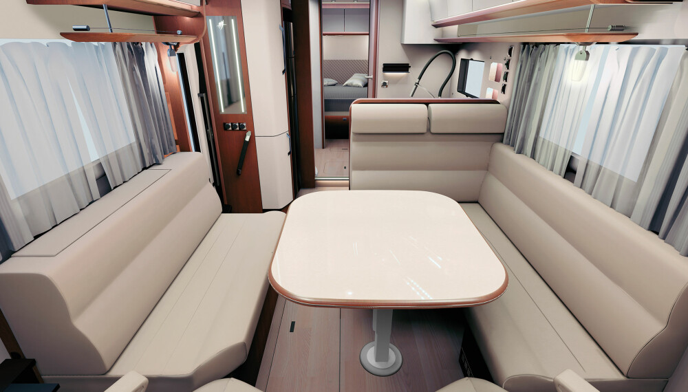ROMSLIG: Lange sofaer på langsidene gir sitteplass til mange.