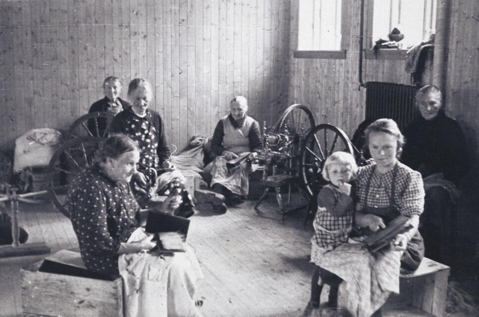 <b>Kvinnene og barna:</b> De måtte bli på en folkehøyskole i Hardanger, til de i mai 1944 fikk lov til å dra sin vei. Hjem kunne de ikke reise, for hele Telavåg var brent ned eller sprengt.