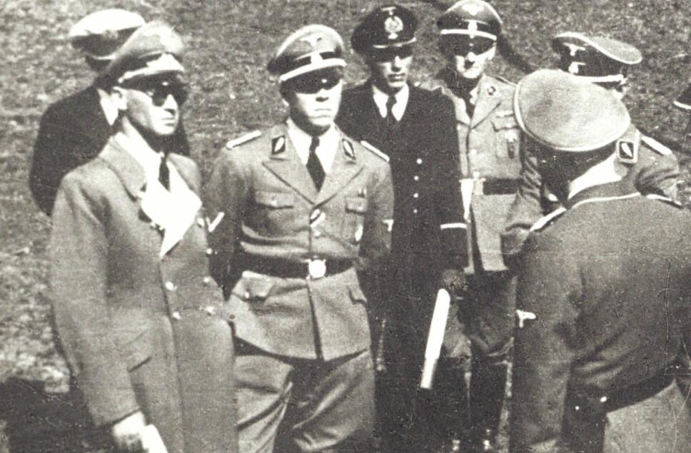 <b>RIKSKOMMISSÆR:</b> Josef Terboven (t.v.) inspiserer Telavåg fire dager etter de dramatiske hendelsene. SS-offiseren midt i bildet er Carlo Otte fra Reichskommisariat.