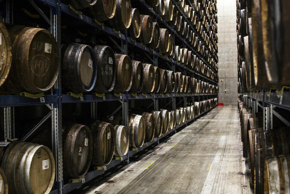 <b>NY VRI:</b> Løitens juleakevitt er den første i merkets historie. Akevitten er lagret 12 måneder på sherryfat. Her et bilde fra Arcus lagringsrom på destilleriet på Gjelleråsen.