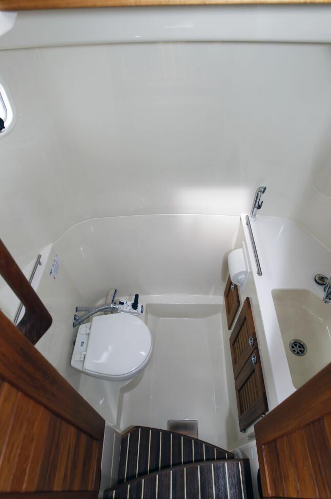 INNE-DO: Tidligere hadde toalettrommet inngang fra dekket. Nå er det tilgang fra cockpit.