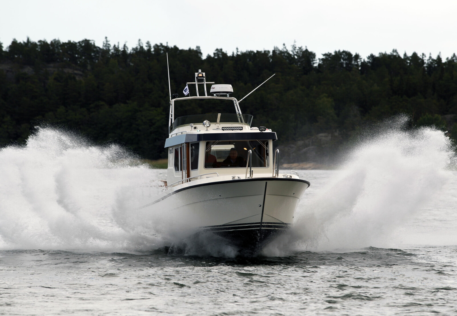 GÅR MYKT: Det klassiske skroget går dypt og mykt i sjøen, kaster opp en god del sjøsprøyt.